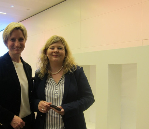 Sabrina Hellstern mit Dr. Nicole Hoffmeister-Kraut MdL