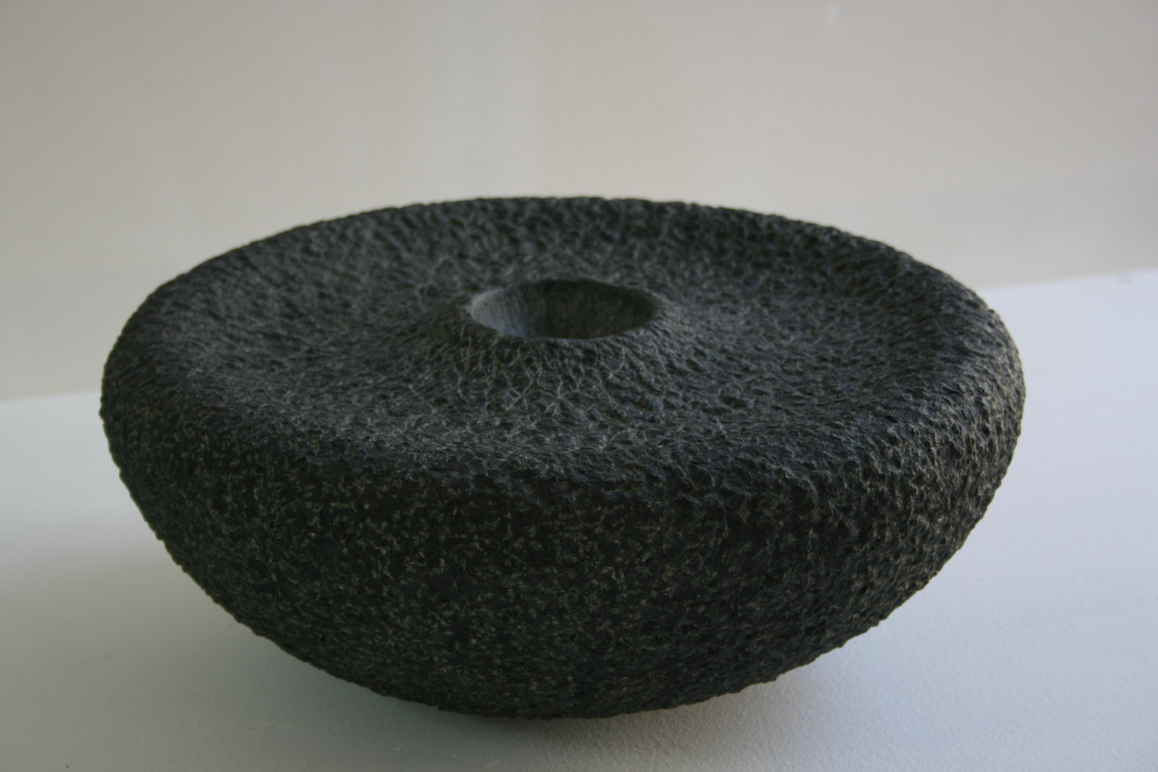 Regina Schnersch, Ohne Titel, 2006, Diabas, 36 x 36 x 15 cm