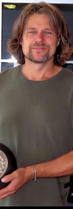Jeroen Endeveld met een van zijn organisch gevormde keramische objecten