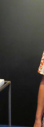 """Jacqueline Tijssen bij haar keramische stadsimpressie """"Spiegeling"""""""