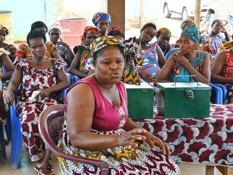 Las mujeres marfileñas sacan a sus niños de las plantaciones rumbo a la escuela