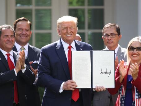 Trump firma Orden Ejecutiva de Prosperidad para Hispanos