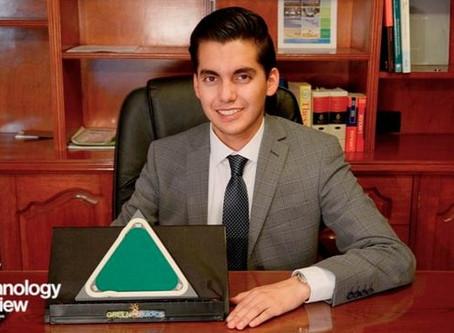 Joven mexicano, inventor del año por paneles solares creados con microalgas