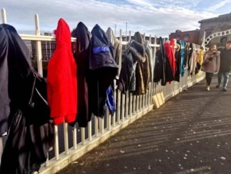 Puente de Dublín amanece lleno de abrigos para personas sin hogar