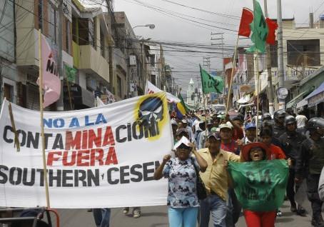 Policías y manifestantes chocan durante desbloqueo de vías en protesta antiminera en Perú
