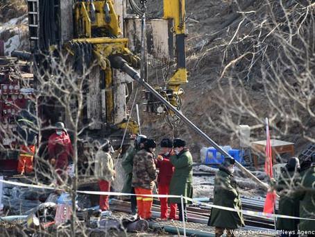 China: 12 trabajadores atrapados en mina de oro siguen vivos