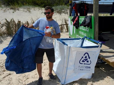 Una moneda virtual busca quitar el plástico de la playa en Uruguay