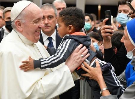 Papa Francisco sin máscara envía mensajes mixtos a los fieles