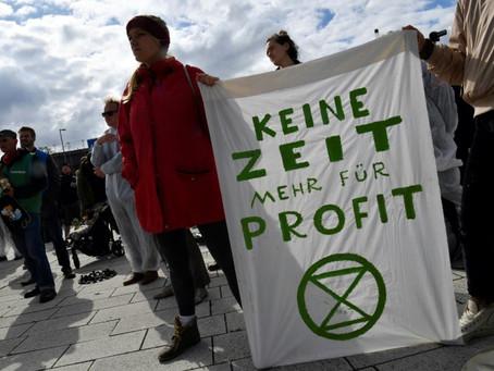 Manifestantes ecologistas sitian la asamblea general de Volkswagen