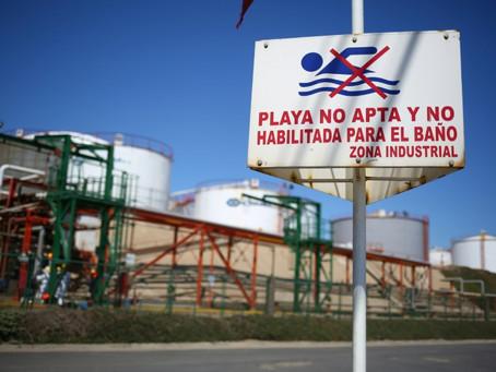 """Sobrevivir al """"Chernóbil chileno"""", un enclave industrial que envenena las costas"""