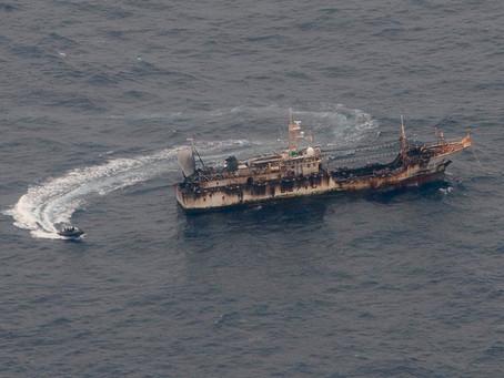 Una flota china clandestina de 340 buques está en Perú y se acerca a Chile para depredar sus recurso