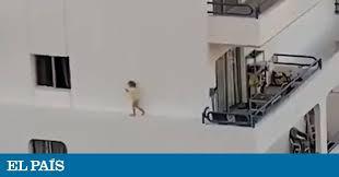 Una niña corre por la cornisa de un edificio en Tenerife