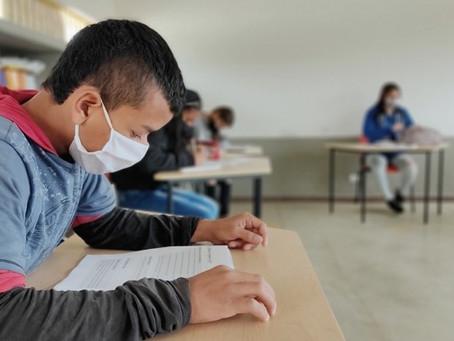 Estudiantes de Colombia vuelven gradualmente a clases presenciales, normalidad plena demorará