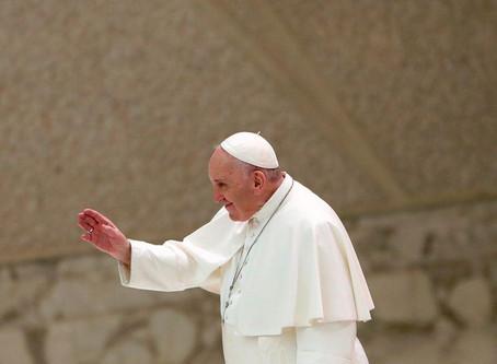 """Papa dice que hay que obedecer a la """"señora"""" COVID, pero aparece en público sin mascarilla"""