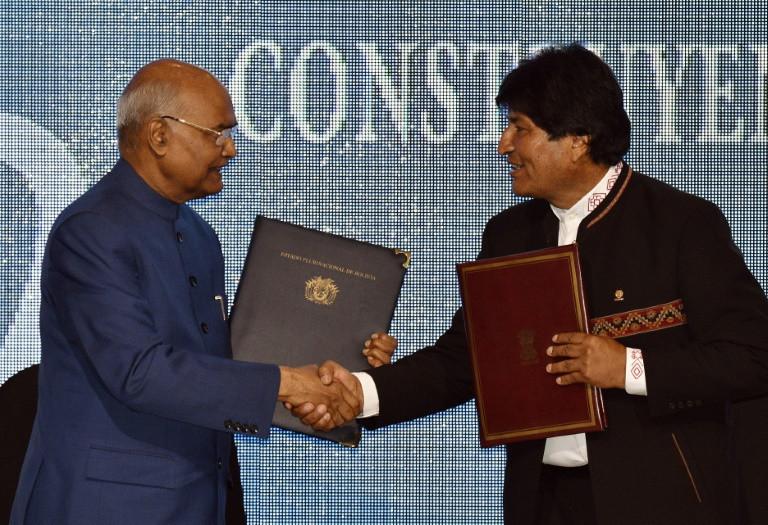 El presidente boliviano Evo Morales (D) y su par indio Ram Nath Kovind se saludan luego de firmar acuerdos bilaterales en Santa Cruz, Bolivia, el 29 de marzo de 2019.