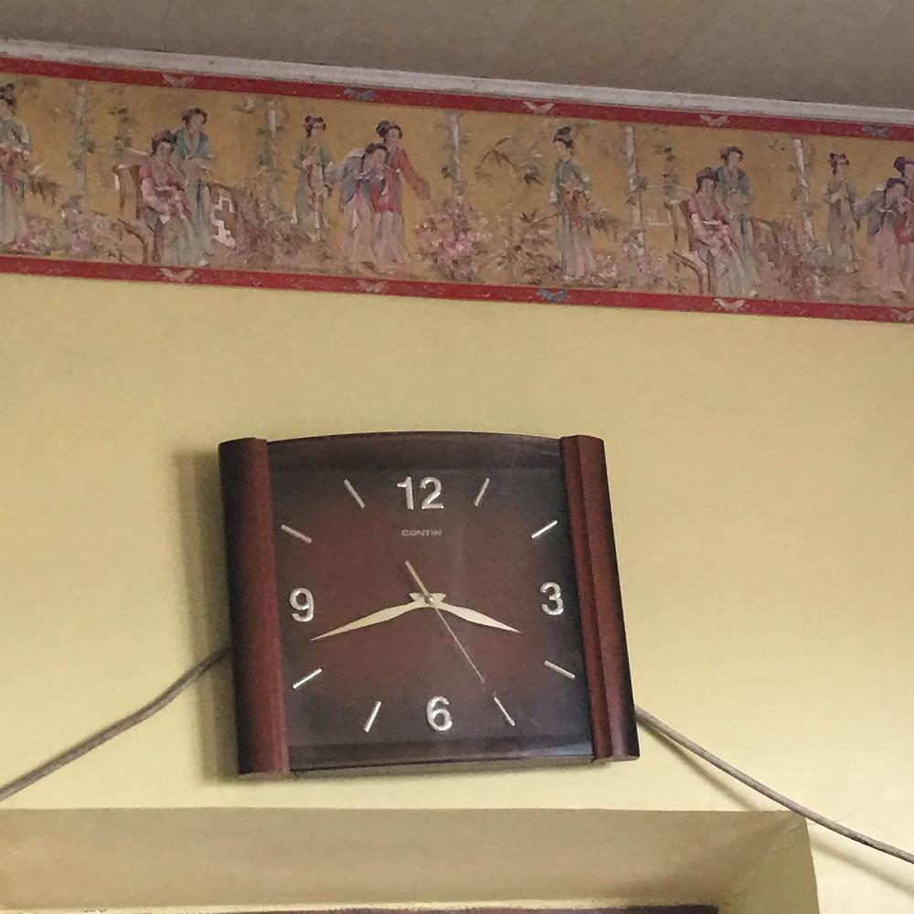 Horloge restaurant du bord de route au Kazakhstan