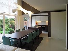 Nouvel espace cuisine et salle à manger après travaux complets: nouveau mobilier, luminaire, revêtement de sol et peintures..