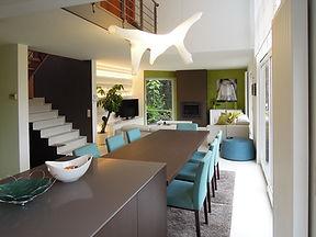 Nouvel salle à manger et salon après travaux complets: nouveau mobilier, luminaire, revêtement de sol, tapis et peintures..