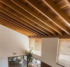 decoracao-sala-de-estar-teto-de-madeira-