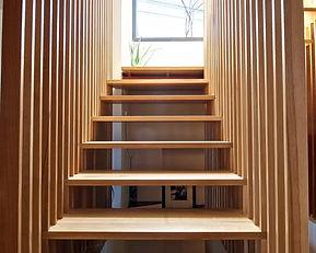 escada-de-madeira-com-ripas-verticais.jp