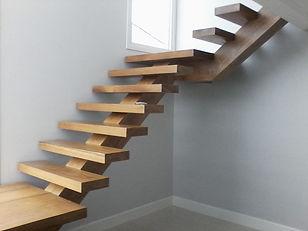 escada-de-madeira-sem-corrimao.jpg