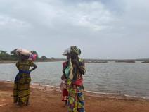 mujeres junto al lago.jpg