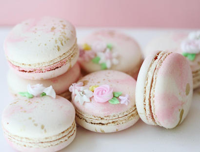 Sweet marble macarons with flowers and gold accents