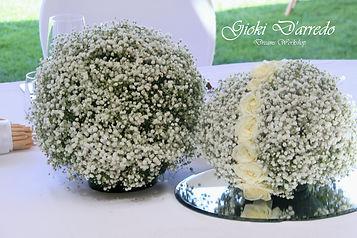 sfere gipsofila e fiori bianchi