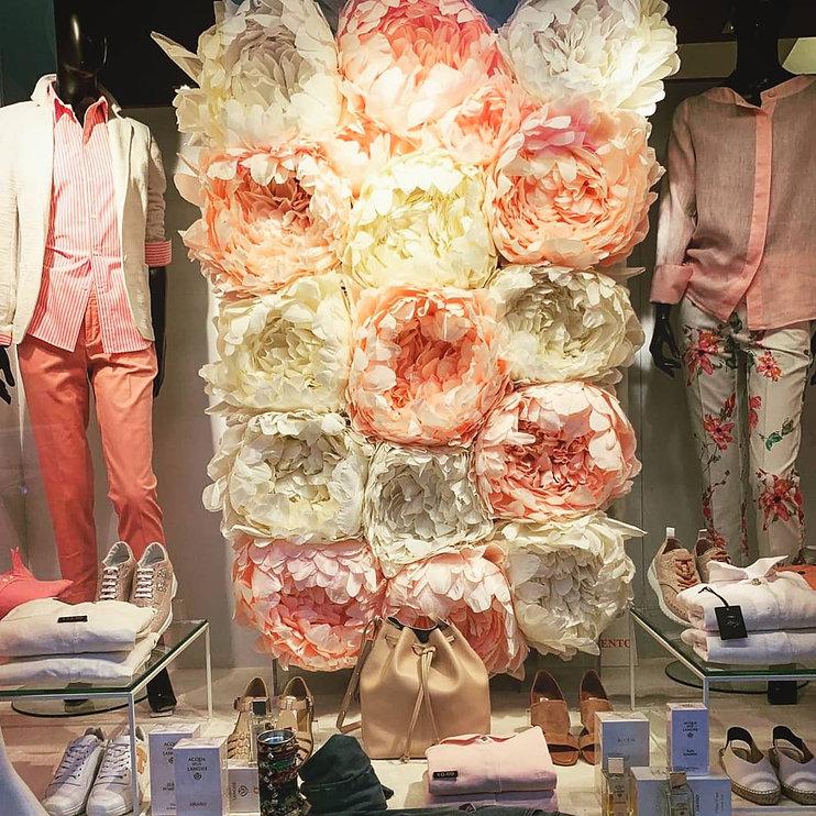 Allestimento della vetrina di VESTIL, negozio d'abbigliamento a Torino
