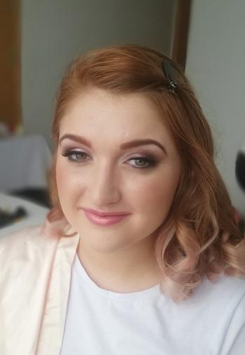 Bridesmaids natural makeup with pink tones.