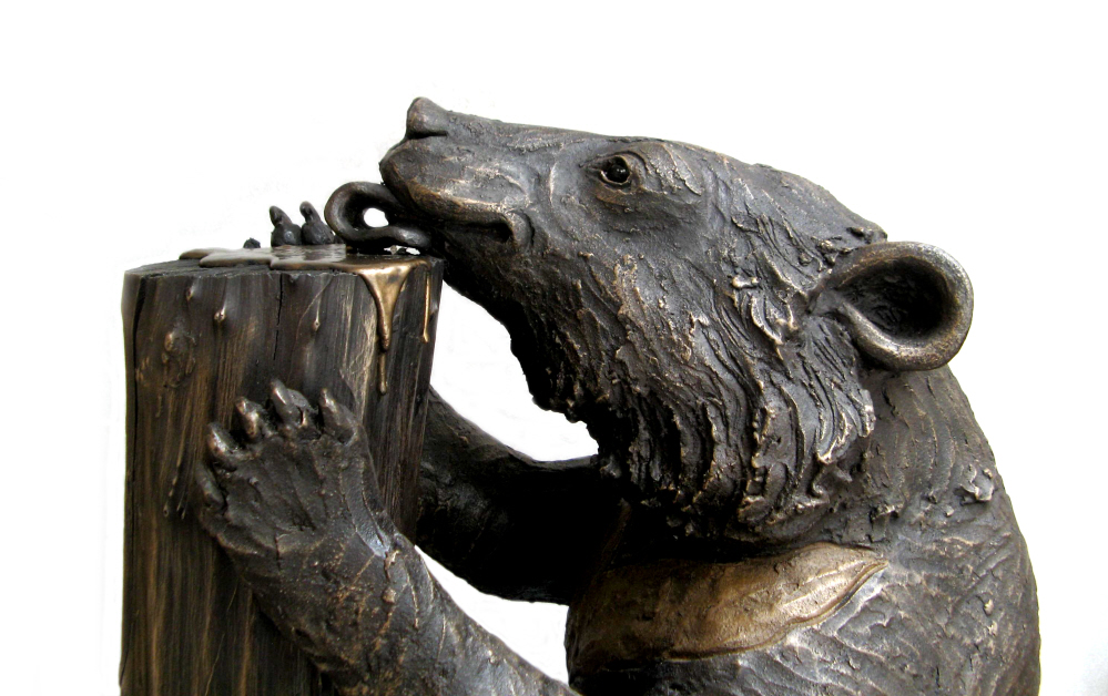 Jasper licking Honey - - detail - bronze resin
