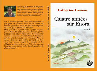 """Couverture de la première édition de """"Quatre années sur Énora"""". Un paysage de collines, cadre orange, dos du livre orange."""