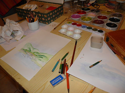 Peintures et pinceaux dans mon atelier