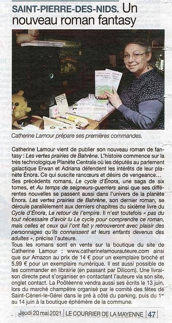 Le Courrier de la Mayennne du 21 mai 2021article Un nouveau roman de fantasy et photo d Catherine Lamour avec ses livres
