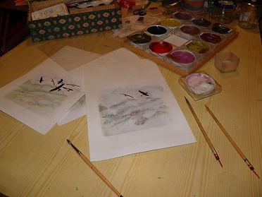 Dessins, pinceaux et peintures dans mon atelier