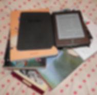 Liseuses et livres papier.