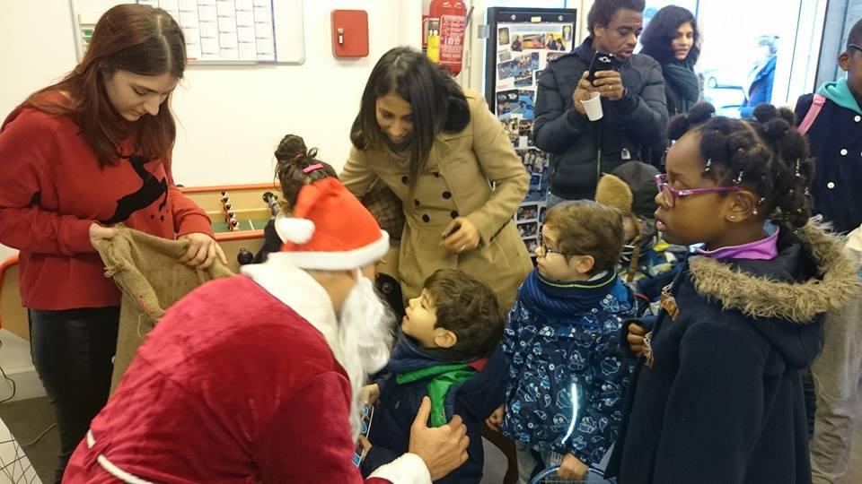 Le Père Noël distribue les cadeaux aux mini tennis