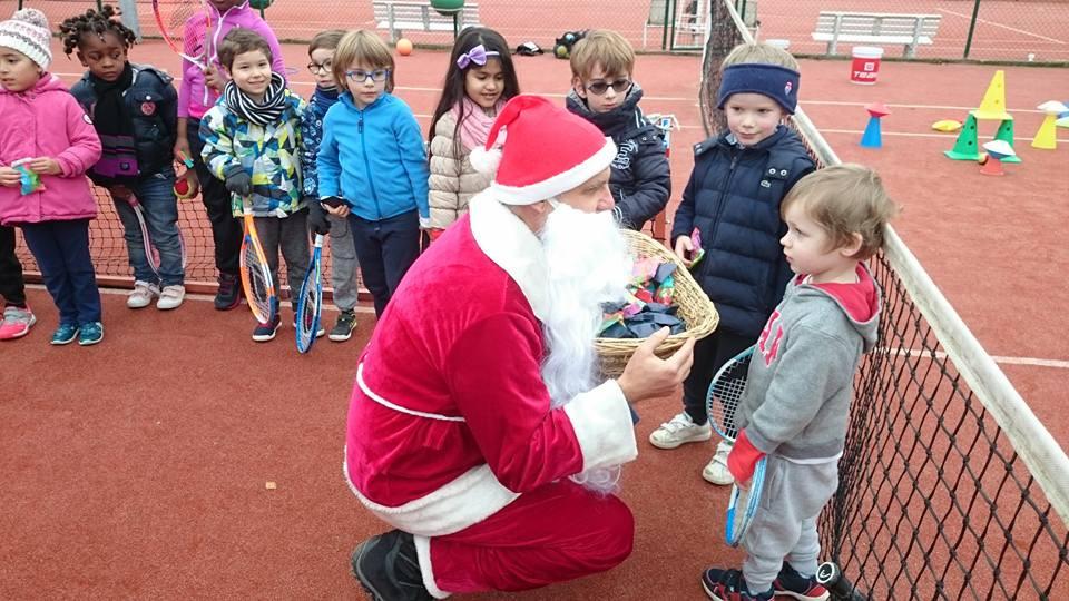 Le Père Noël rend visite aux mini tennis