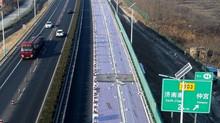 """China inaugura """"estrada solar"""" que absorve luz para converter em eletricidade."""