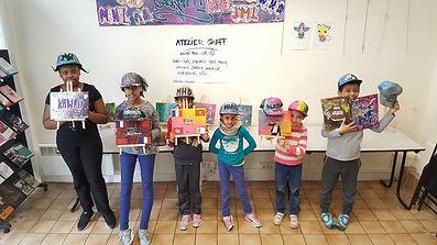 UR-78 deco graffiti, les élèves avec leurs créations durant l'atelier graffiti avec UR-78