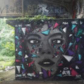 UR-78 artiste graffiti, graffiti portrait noir et gris avec multiple triangle eclatés, street art et design graffiti, tag et signature crew, UR-78