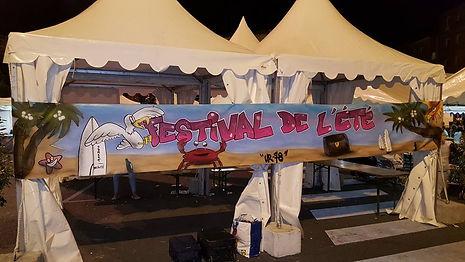 UR-78 artiste graffiti qui peint une deco graffiti sur une bâche pour la 33ème foire de Domont, graffiti deco en live