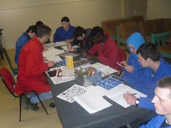 Groupe d'élèves en atelier lettrage