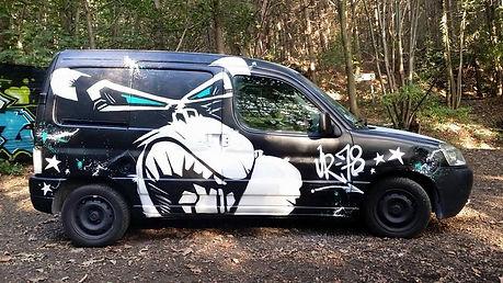 deco graffiti sur voiture berlingo par l'artiste UR-78