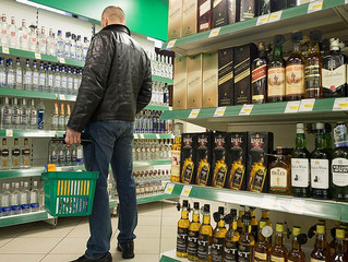 Алкоголь предлагается спрятать от случайного взгляда покупателей в магазинах