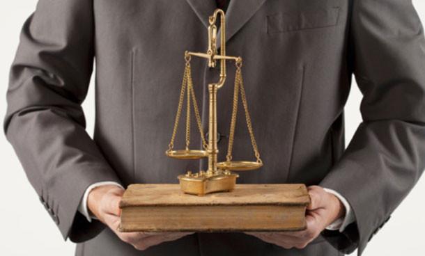 Нельзя взыскать расходы на государственного адвоката с подсудимого, если он отказался от него