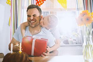 Сын удивив его отец с днем рождения