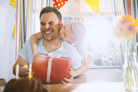 Son asombrosamente su padre con el regal