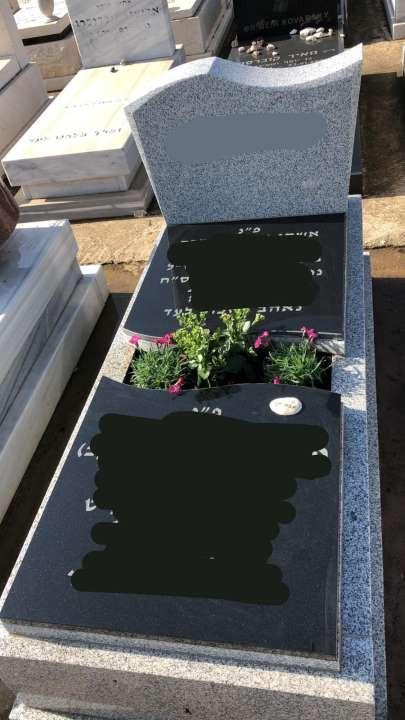 מצבת שיש בצבע שחור משולבת גינת פרחים.jpeg