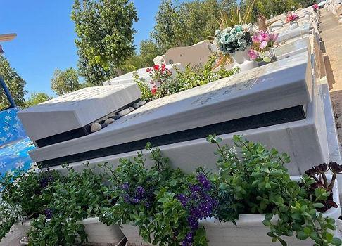 ערוגת פרחים לצד מצבת שיש.jpeg